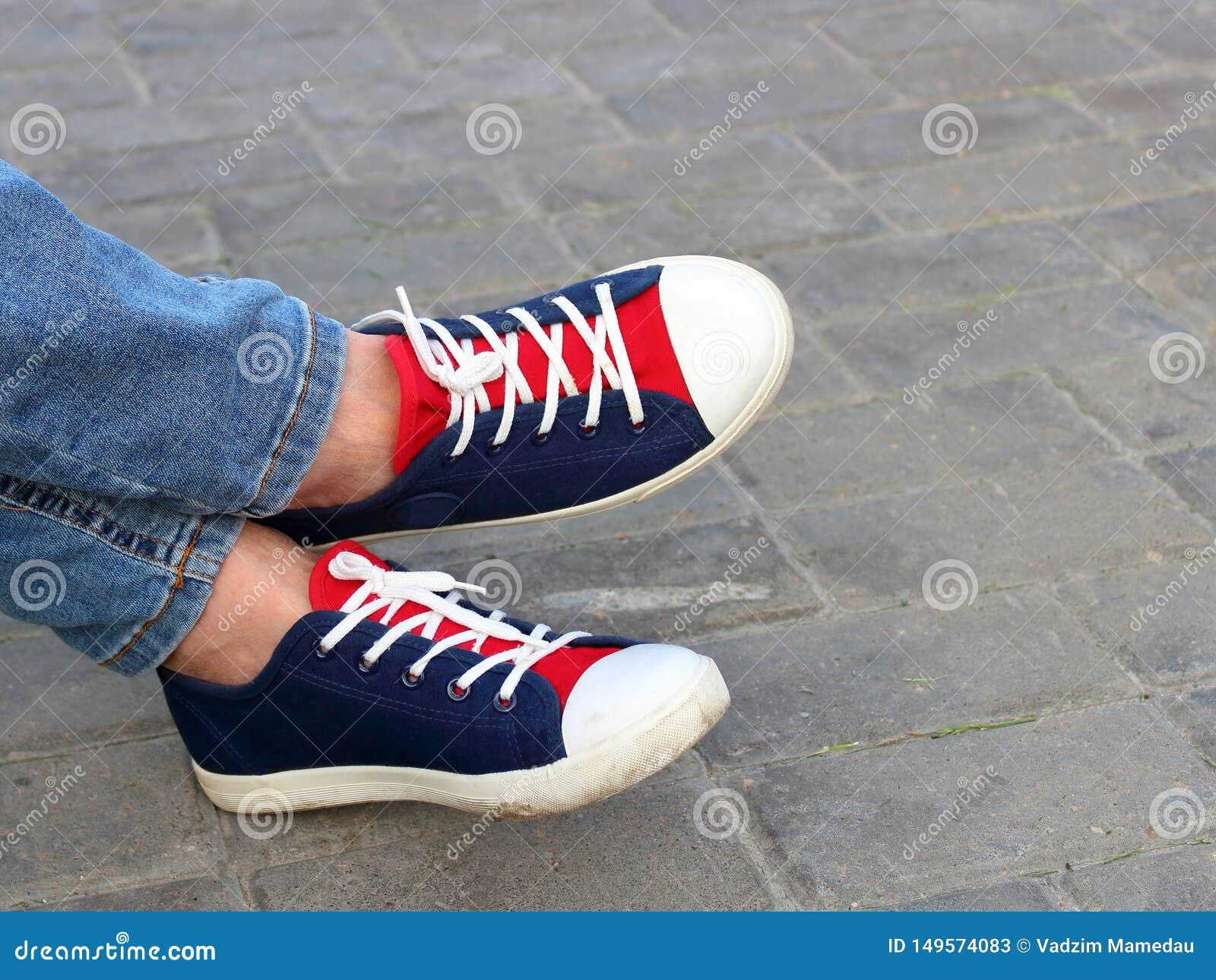 脚运动鞋在公园