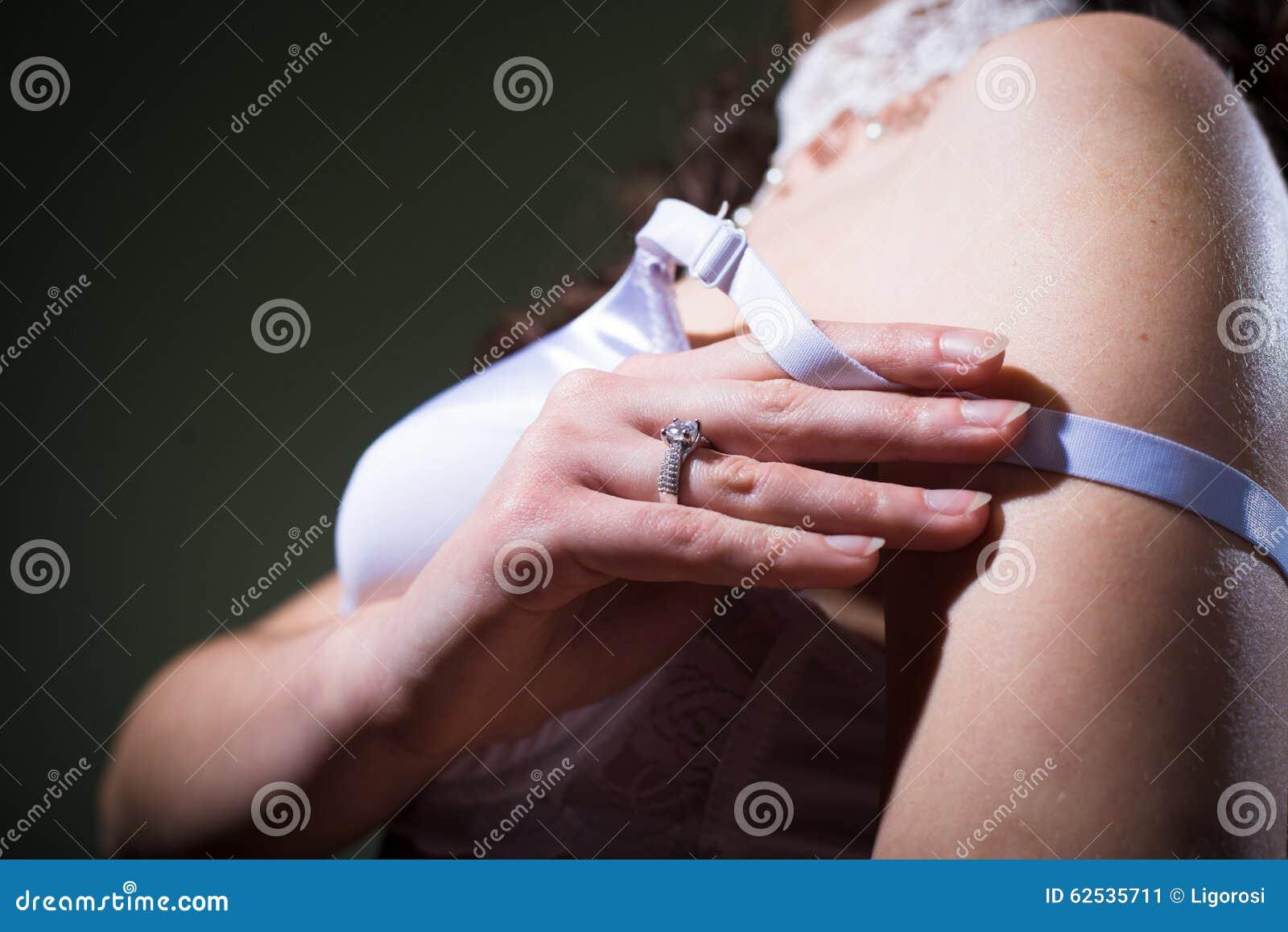 脱下衣服她的胸罩的特写镜头观点的妇女