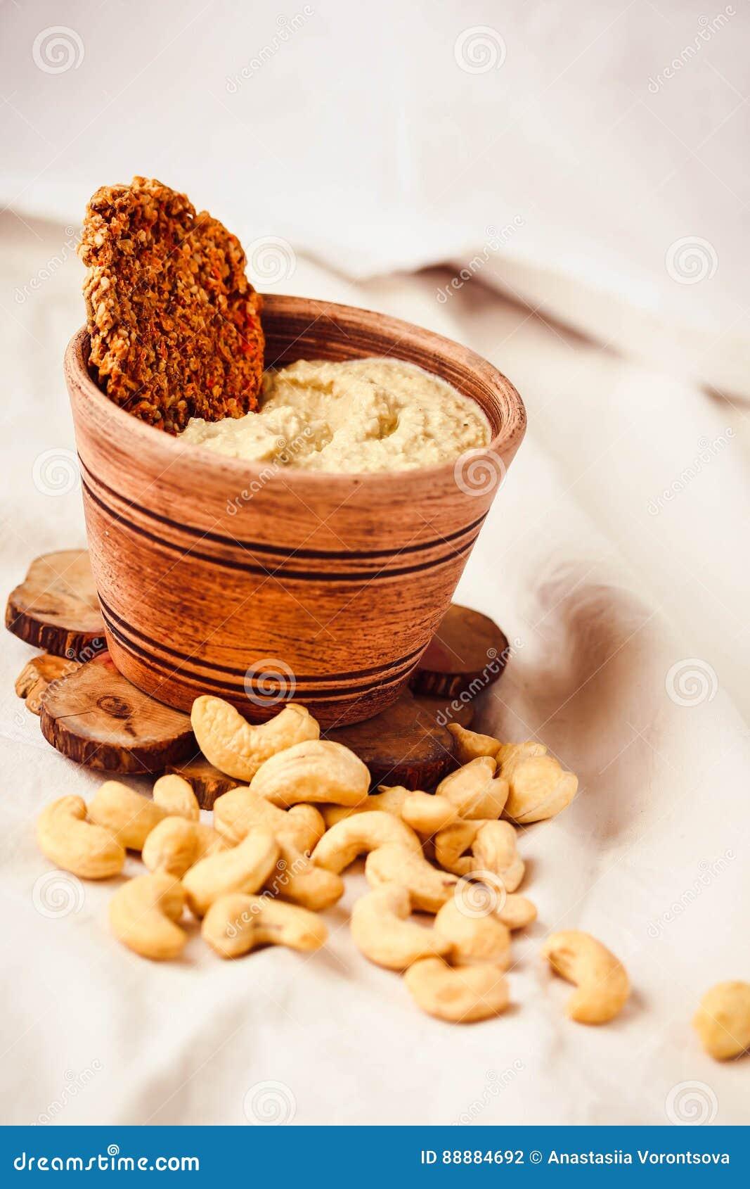 腰果调味汁,从坚果的未加工的素食主义者乳酪用红萝卜薄脆饼干