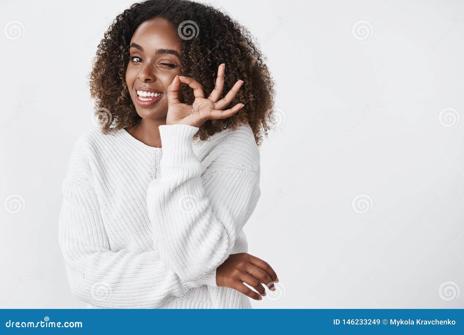 腰部被射击温暖的毛线衣的轻松和寒冷的悦目深色皮肤的妇女得到了冬天季节在控制下