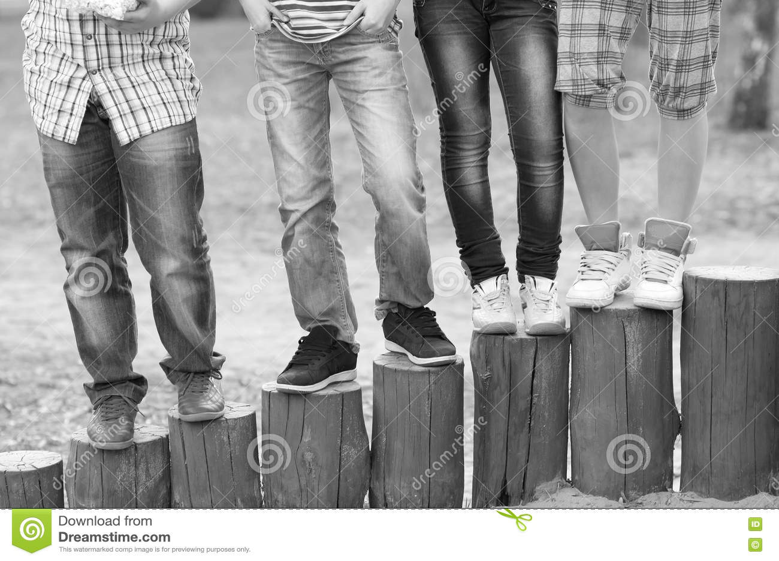 腿和脚十几岁的男孩和女孩室外黑白