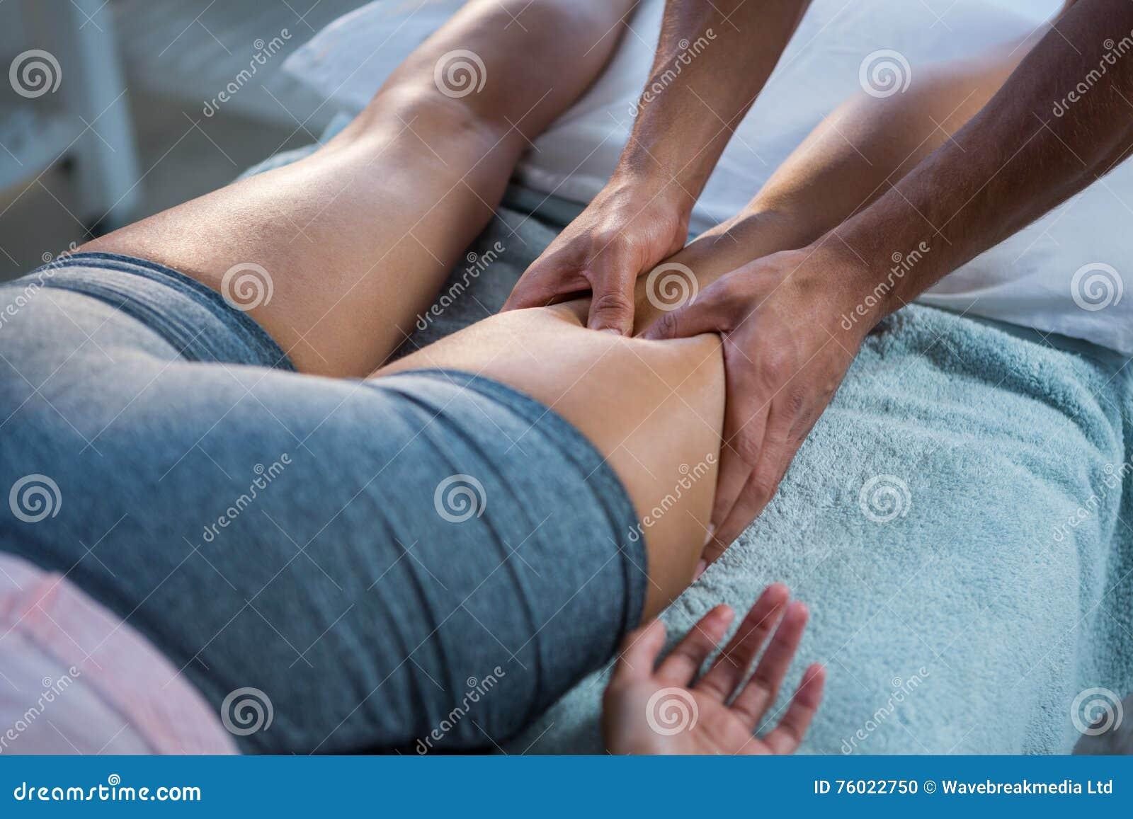 给腿按摩的生理治疗师妇女