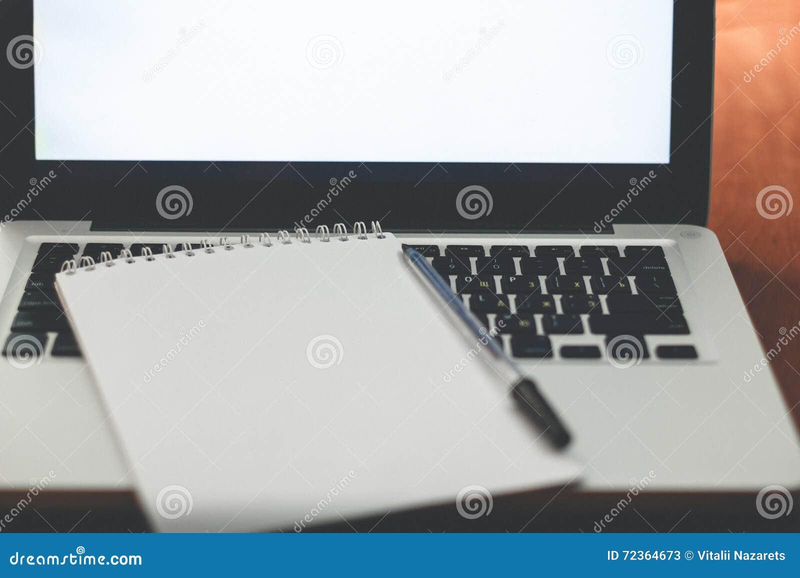 膝上型计算机、银行卡和笔记本
