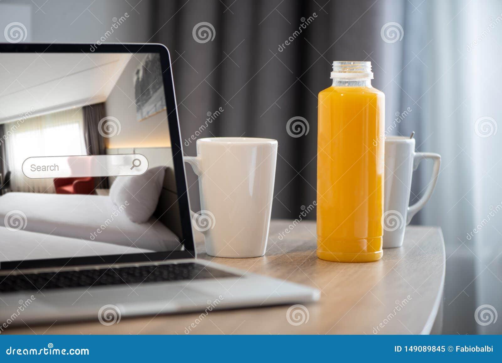 膝上型计算机的一预定的酒店房间 优质公寓保留概念