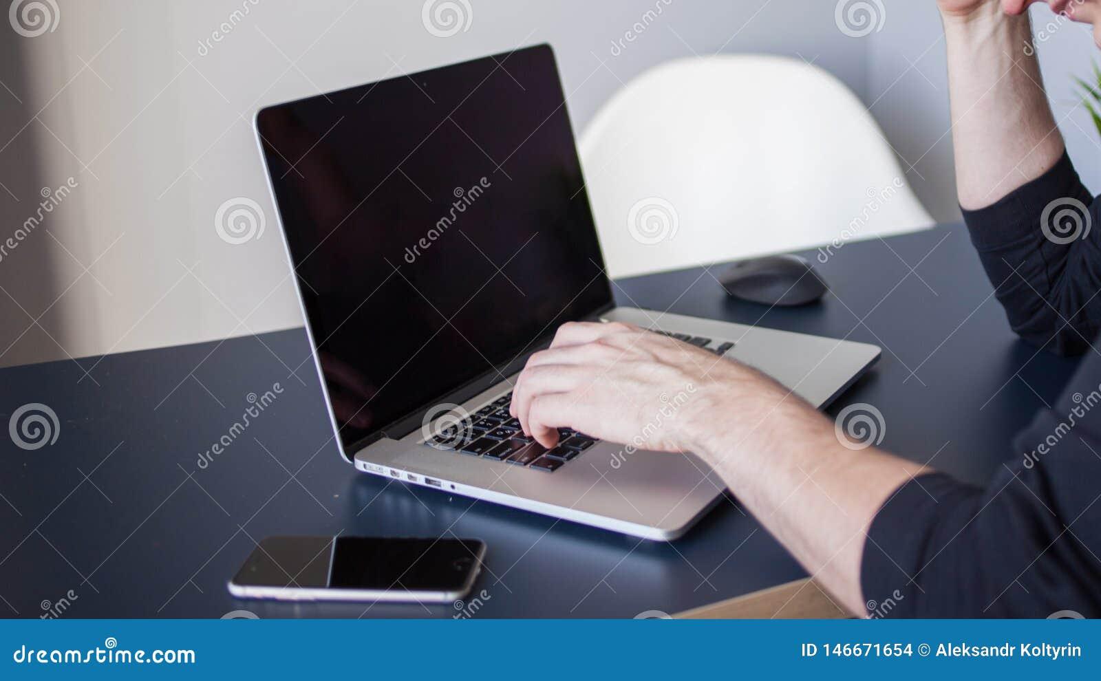 膝上型计算机的,自由职业者的一个工作场所设计师 坐在桌上的年轻人