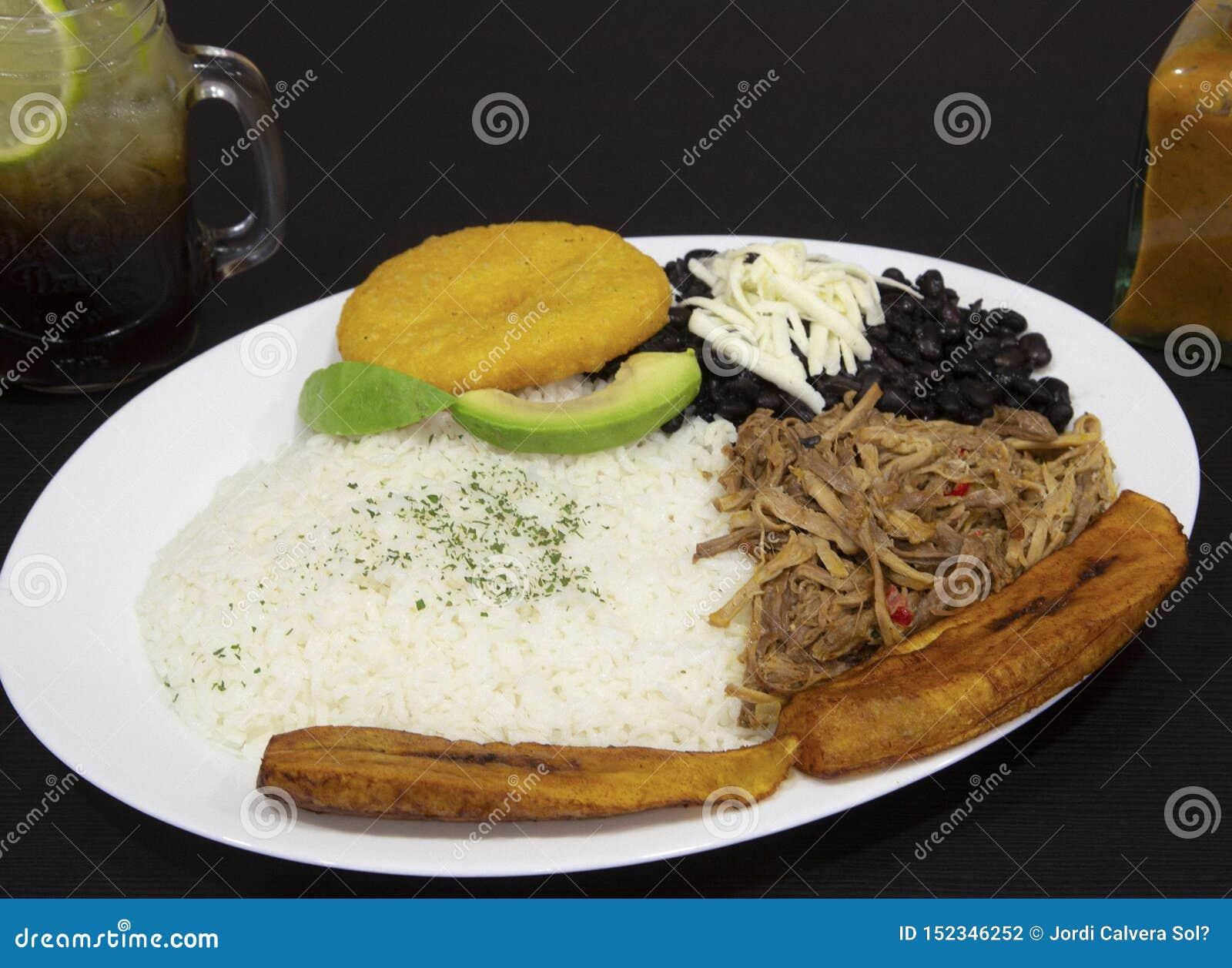 自创委内瑞拉食物 传统委内瑞拉盘 Pabellon拉丁美洲各国的人 白米,黑豆,油煎的大蕉和切细