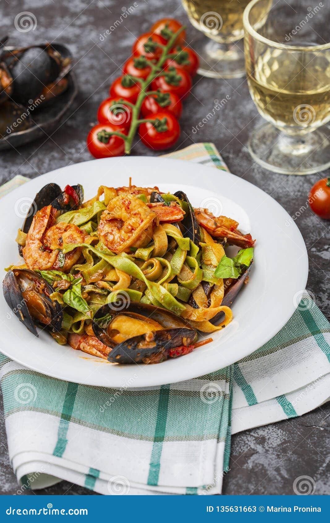 自创意大利海鲜面团用淡菜和虾