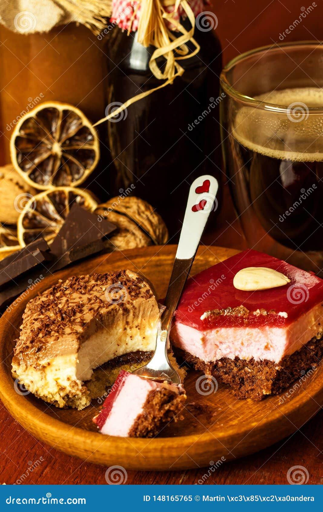 自创点心和热的咖啡 咖啡的甜点 肥胖病和糖尿病的风险 r