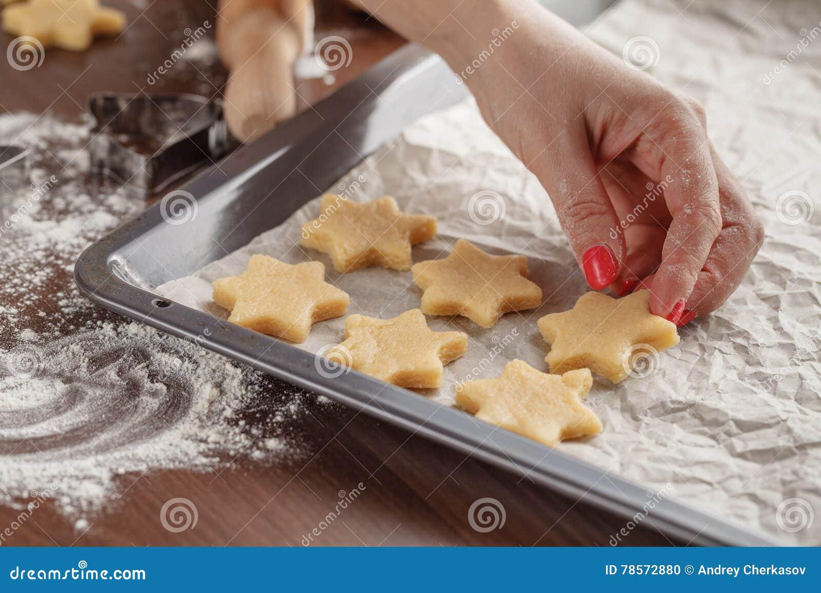 自创烘烤,显示妇女的厨房场面举行烘烤tra