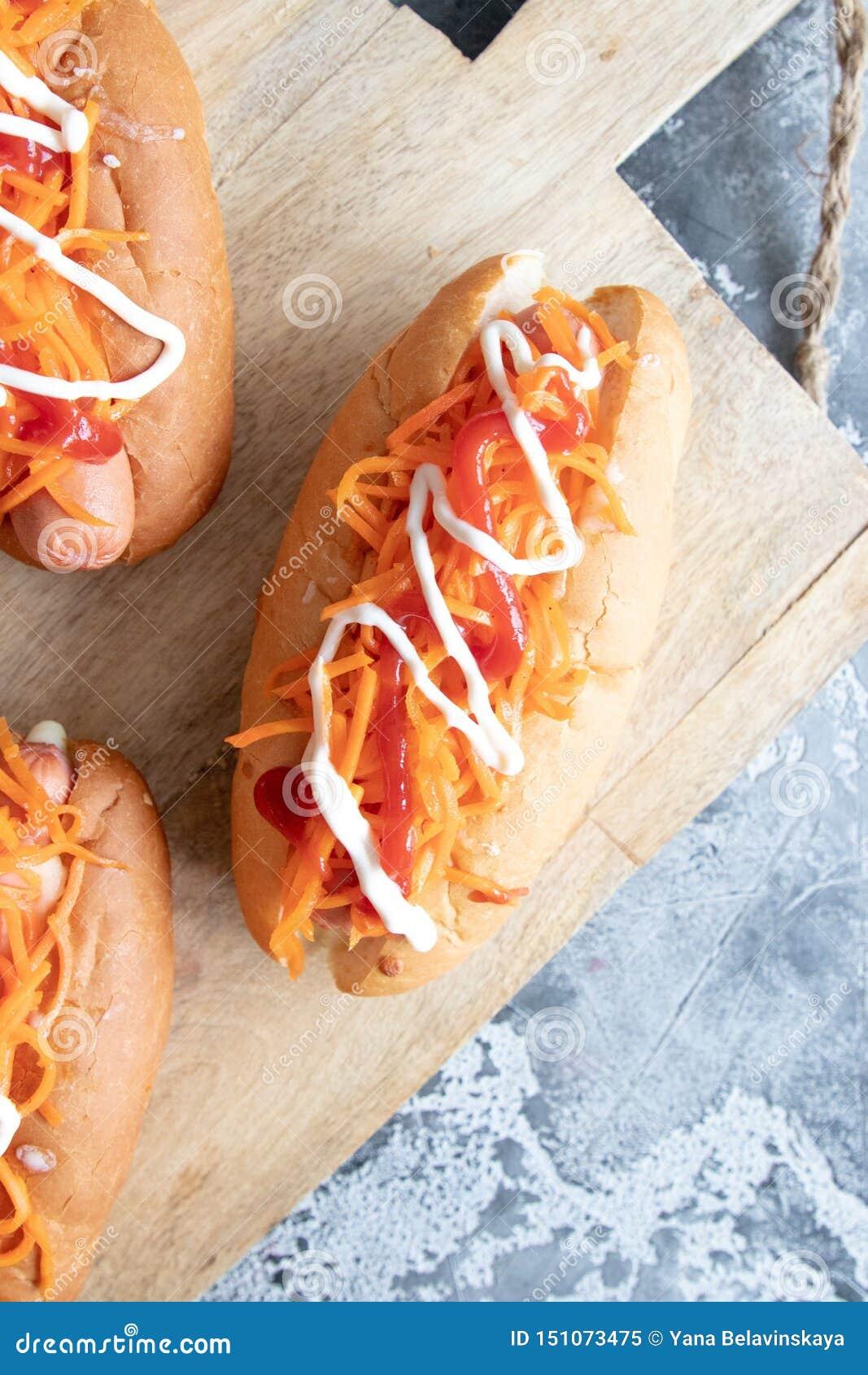 自创热狗用香肠和红萝卜