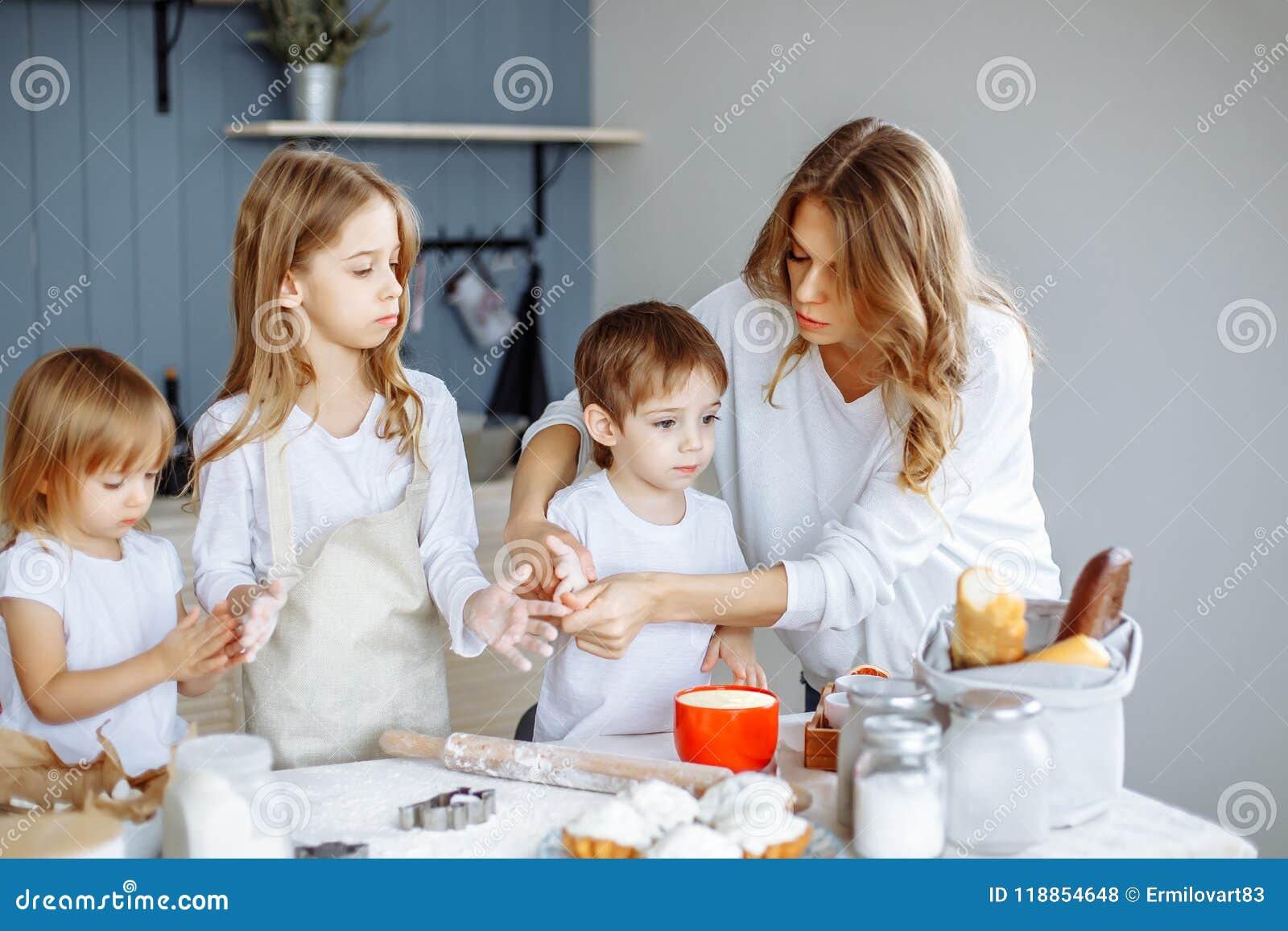 自创烹调 愉快的家庭在厨房里一起做蛋糕