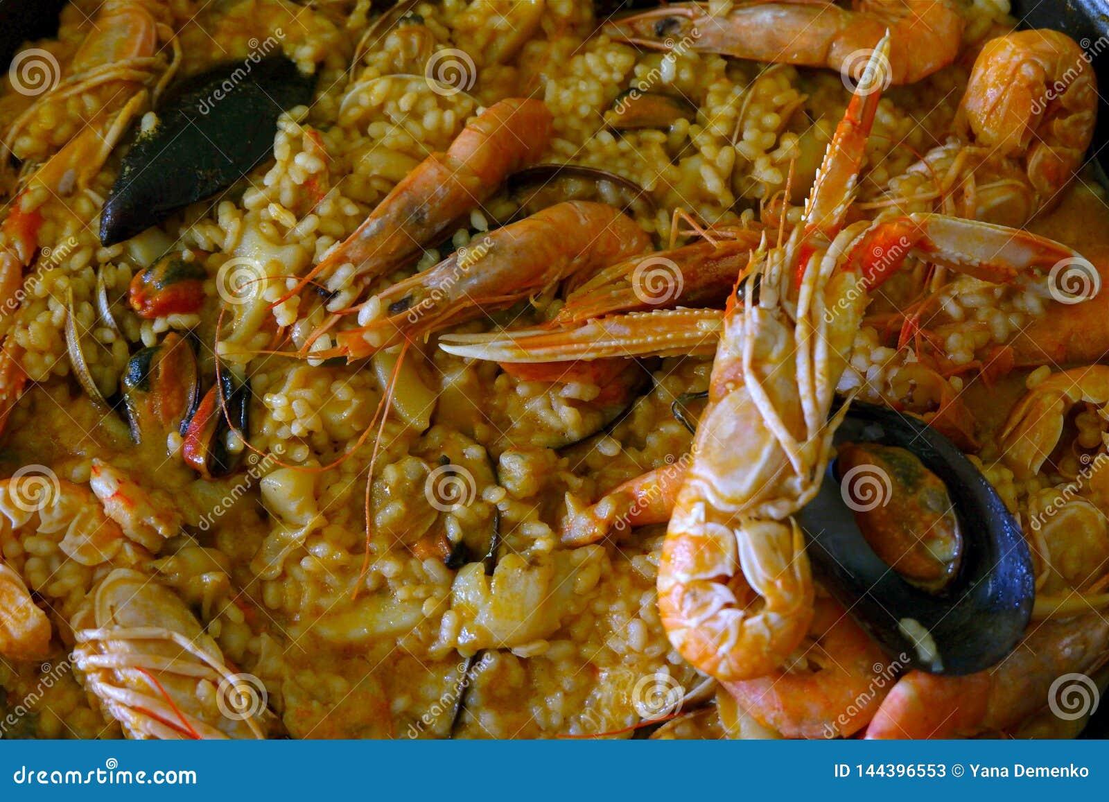 自创肉菜饭特写镜头-一个传统西班牙大米盘用海鲜