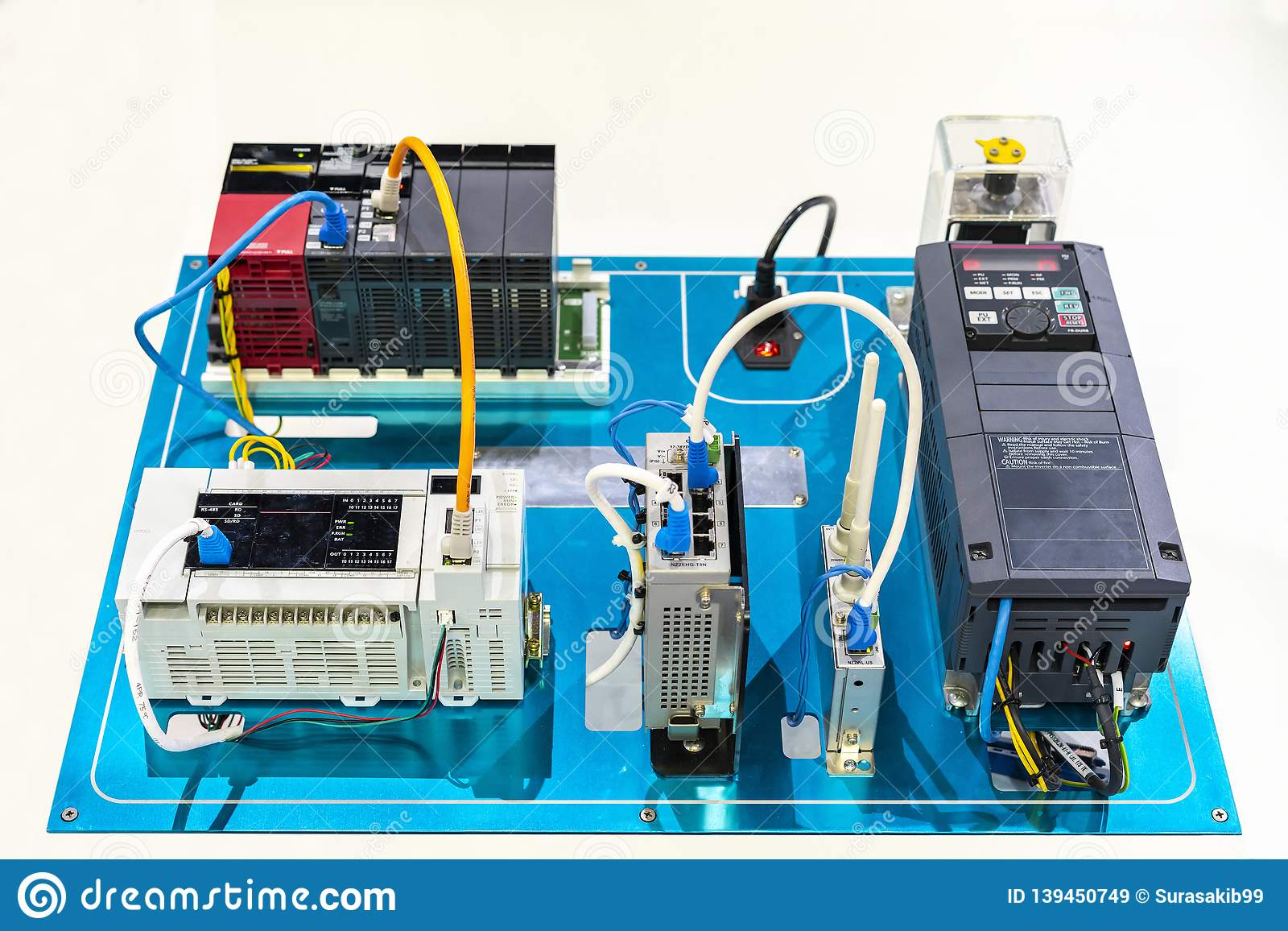 自动变换器电流传染媒介vfd连接用程序逻辑控制器plc &交换式集线器无线调制解调器为