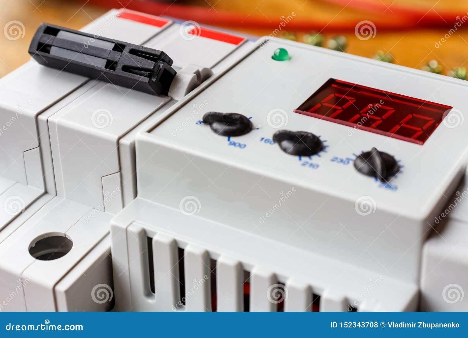 自动开关和在登上的箱子特写镜头安装的电压防幅器