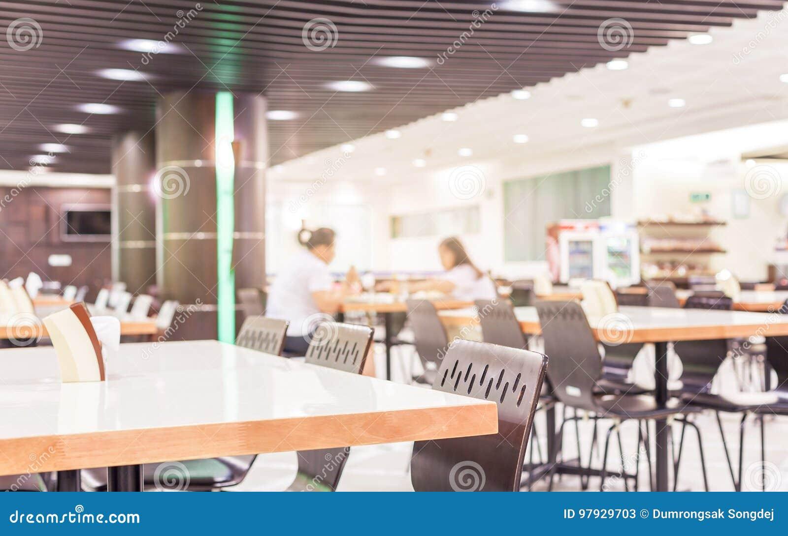 自助食堂或军用餐具现代内部与椅子和桌