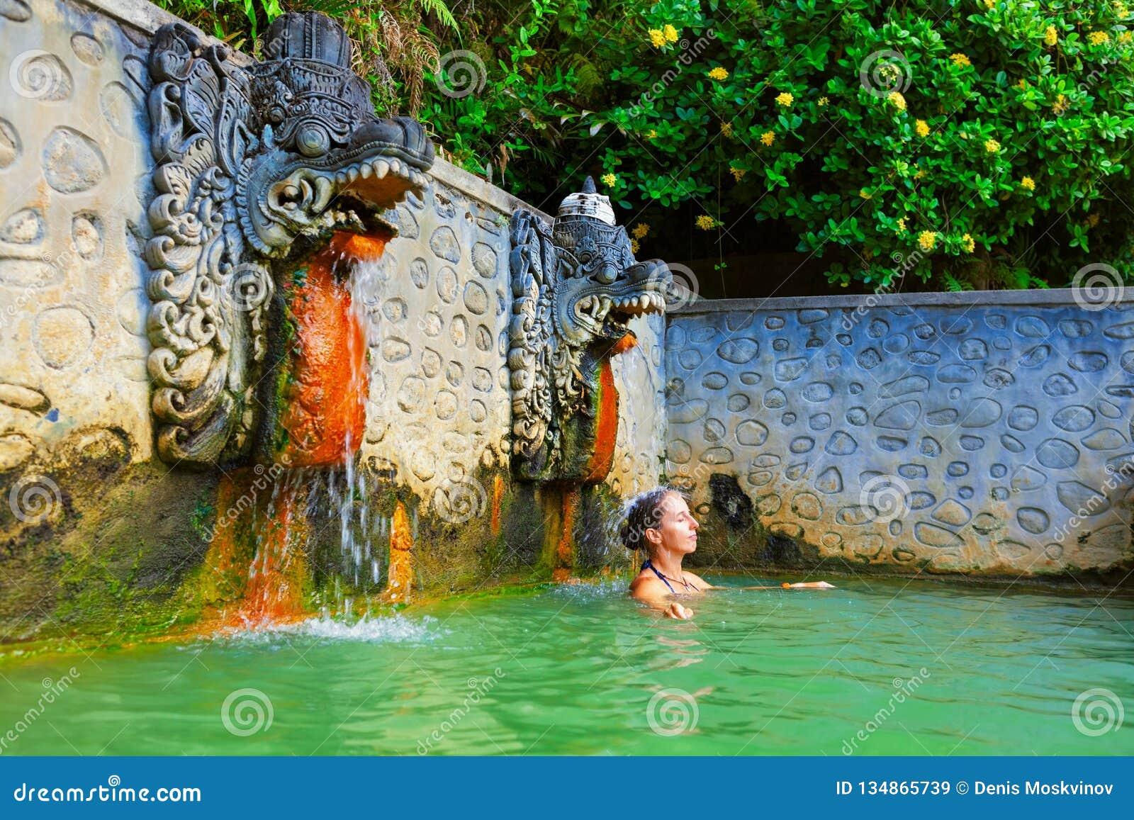 自然温泉空气的巴厘岛的巴纳巴恩贾尔妇女