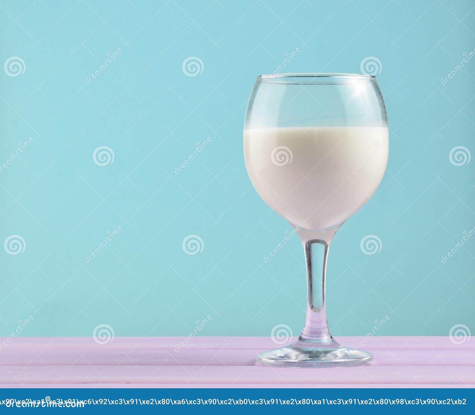 自然牛奶,乡情,简单派趋向,拷贝空间酒杯在淡色背景的