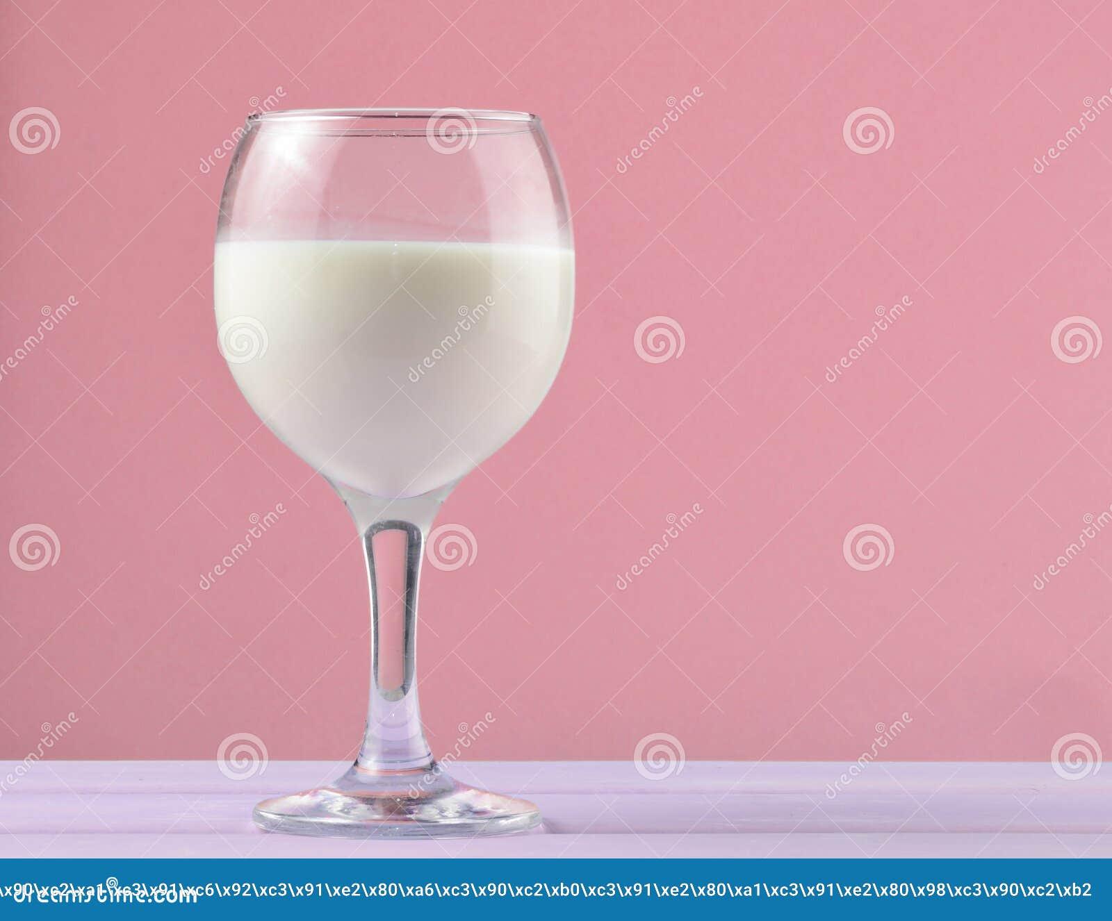 自然牛奶,乡情, mi酒杯在淡色背景的
