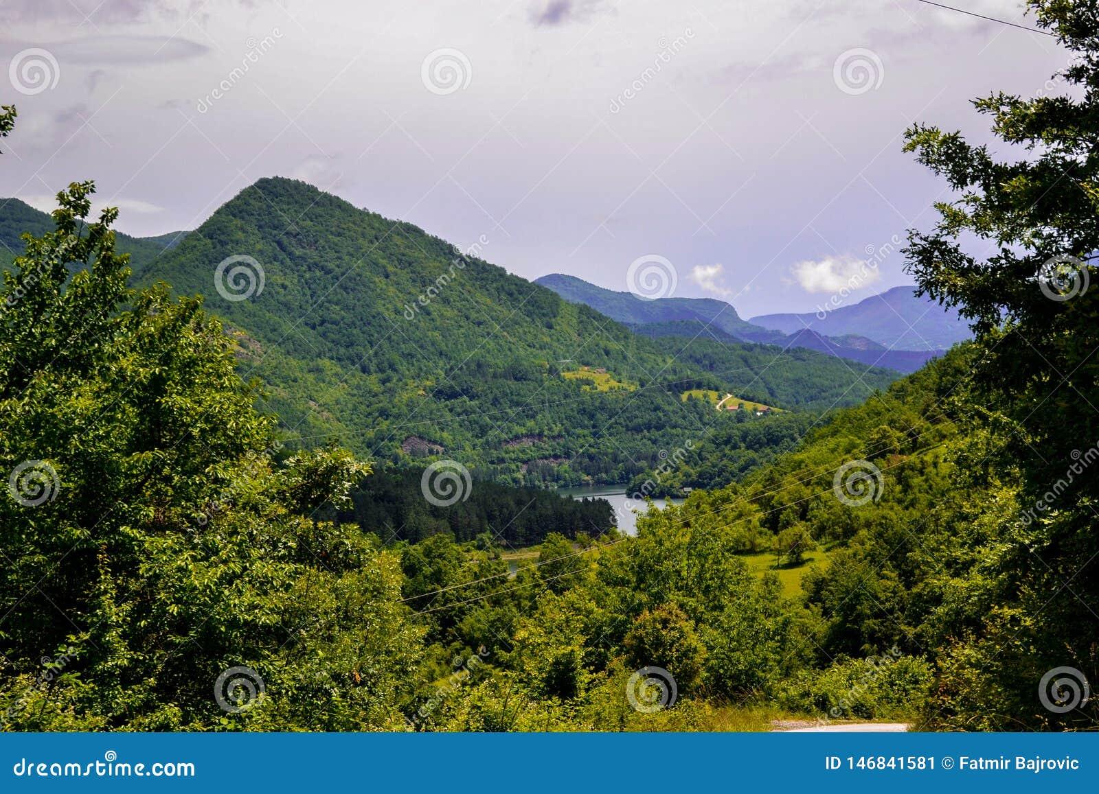 自然美人非常美丽的景色  风景的看法和一个小山镇的部分从上面
