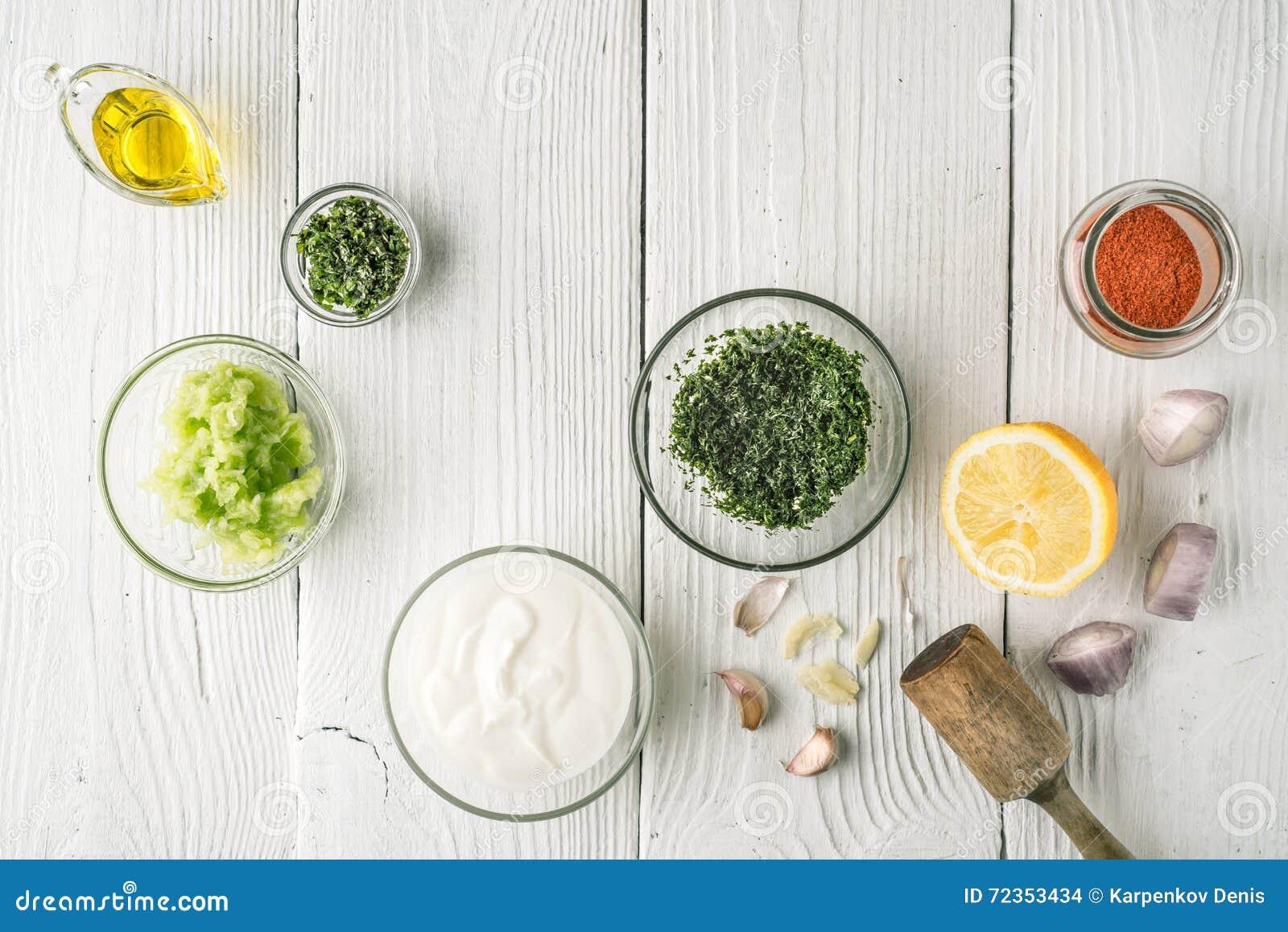 自然酸奶和另外调味料在白色木台式视图