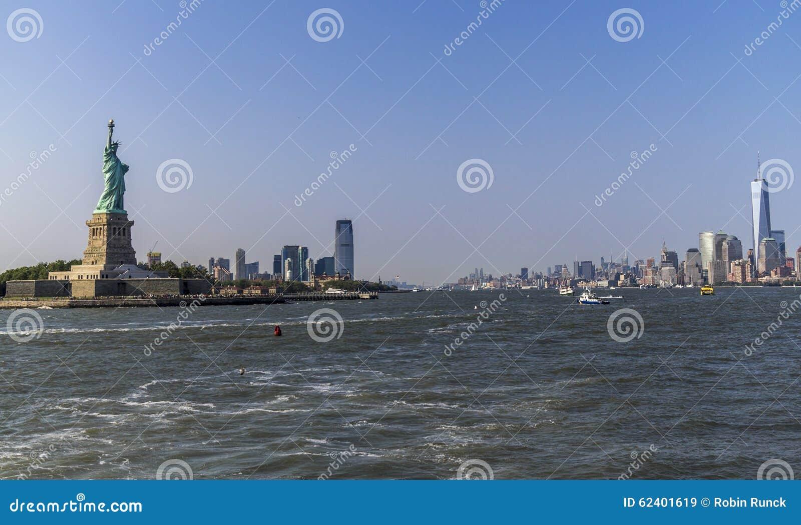 自由女神像和地平线从河