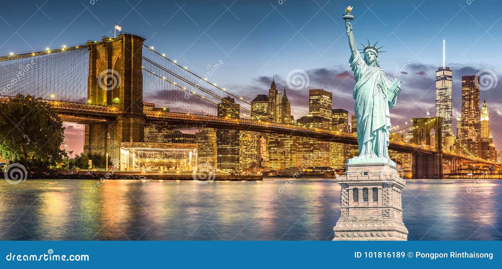 自由女神像和布鲁克林大桥有世界贸易中心背景暮色日落视图,纽约地标