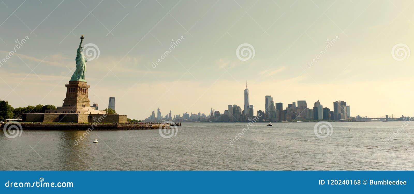 自由女神像和财政区在更低的曼哈顿,新