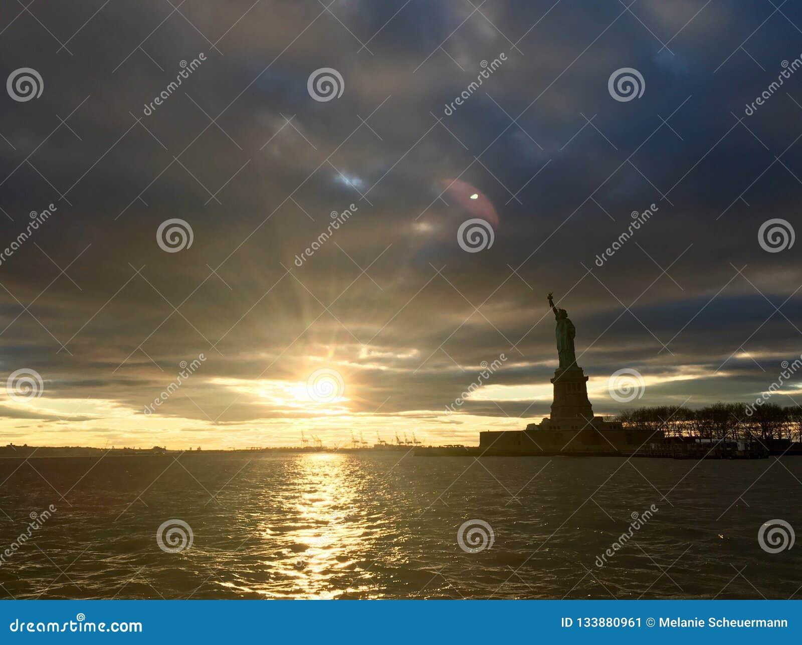 自由女神像在一个剧烈的风景中站立