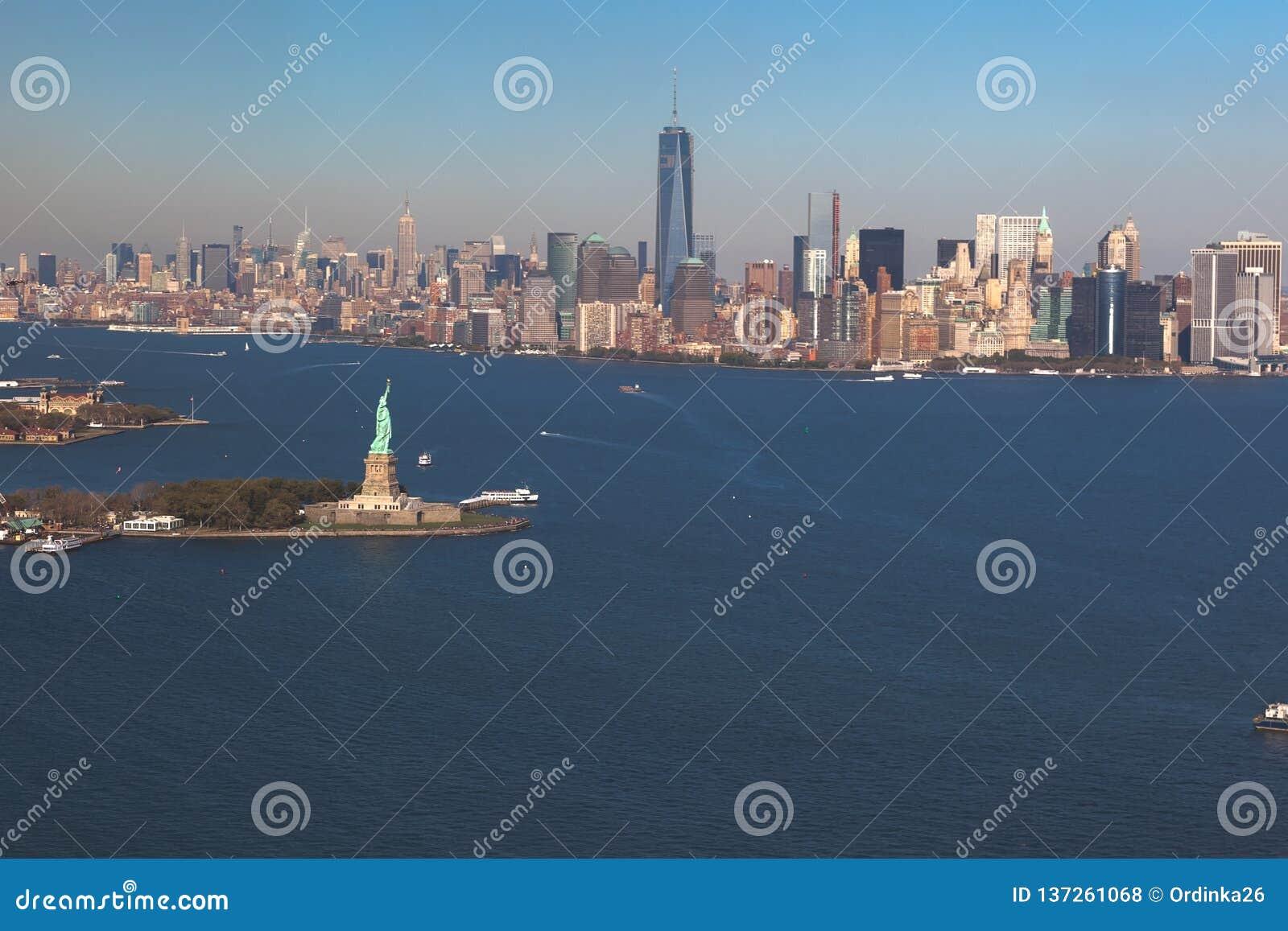 自由女神像直升机视图在背景街市曼哈顿的 鸟瞰图 自由IslandManhattan,纽约,新