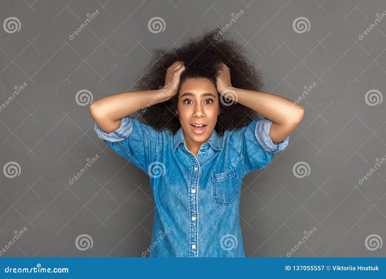 自由式 混血儿在灰色举行的头发隔绝的妇女身分看惊奇的照相机