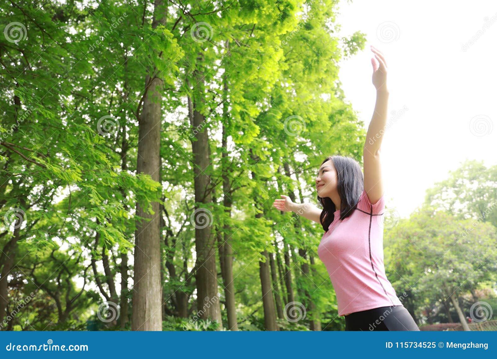 自由粗心大意的causual秀丽女孩拥抱容忍自然在森林公园享受好时间