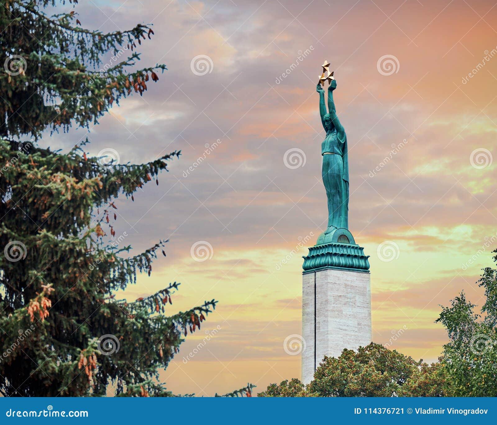 自由纪念碑里加 拿着象征拉脱维亚的三个地区的三个金星的妇女