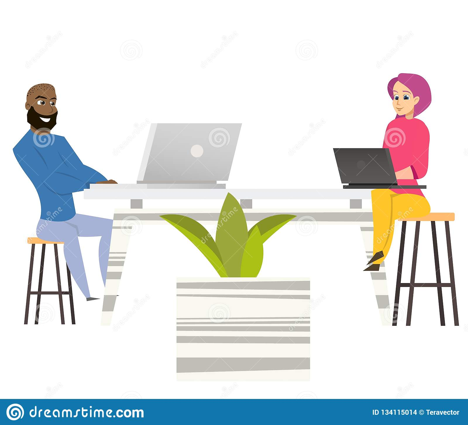 自由职业者人妇女坐在与膝上型计算机的表上