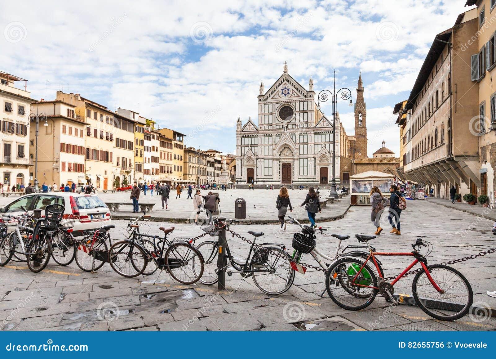 自行车停车处和人广场的三塔Croce