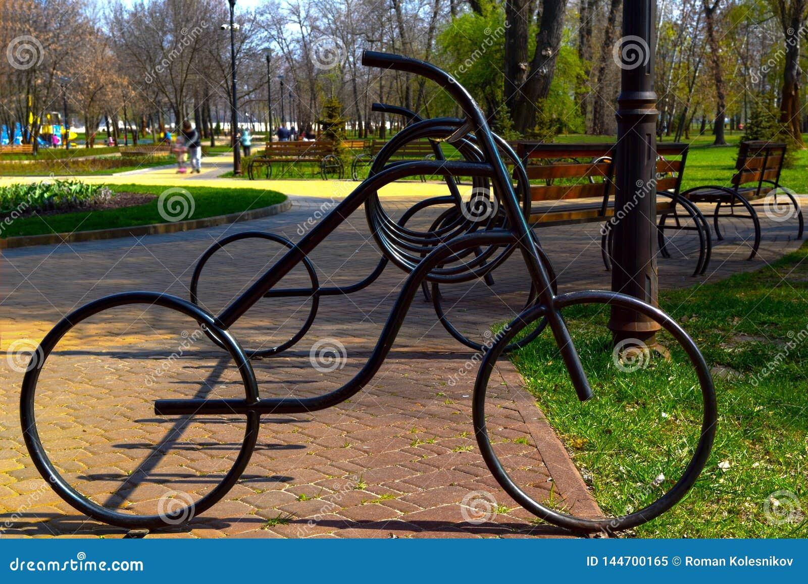 自行车停车处由金属制成以自行车的形式