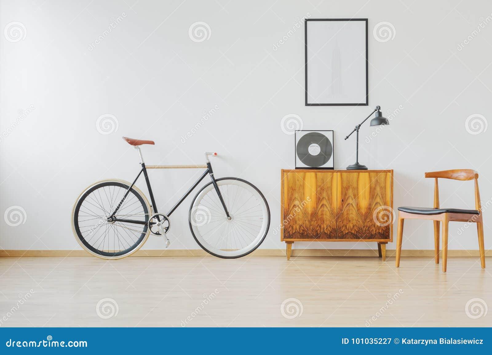 自行车和木减速火箭的家具