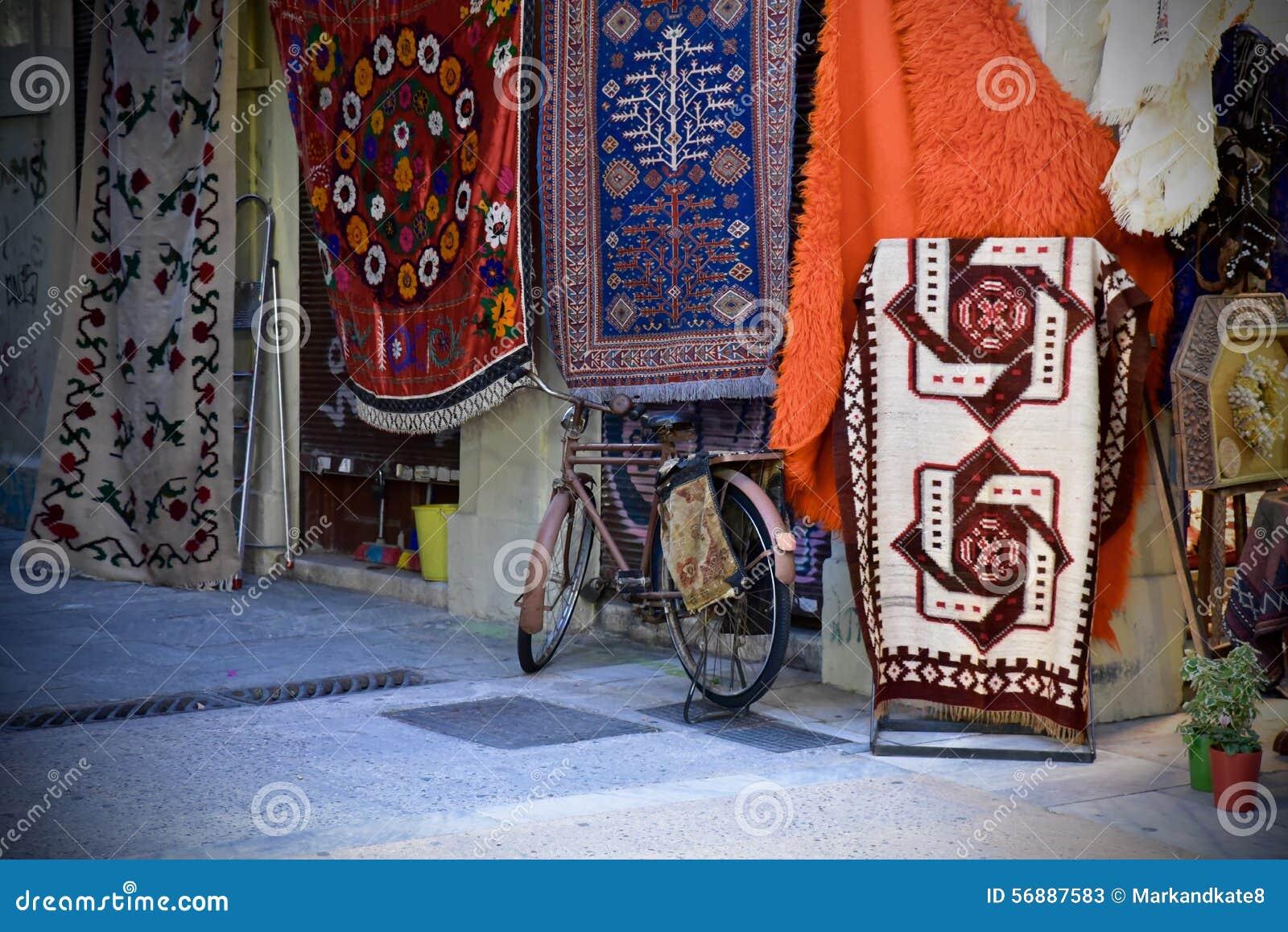 自行车在一家地毯商店前面停放了在雅典,希腊