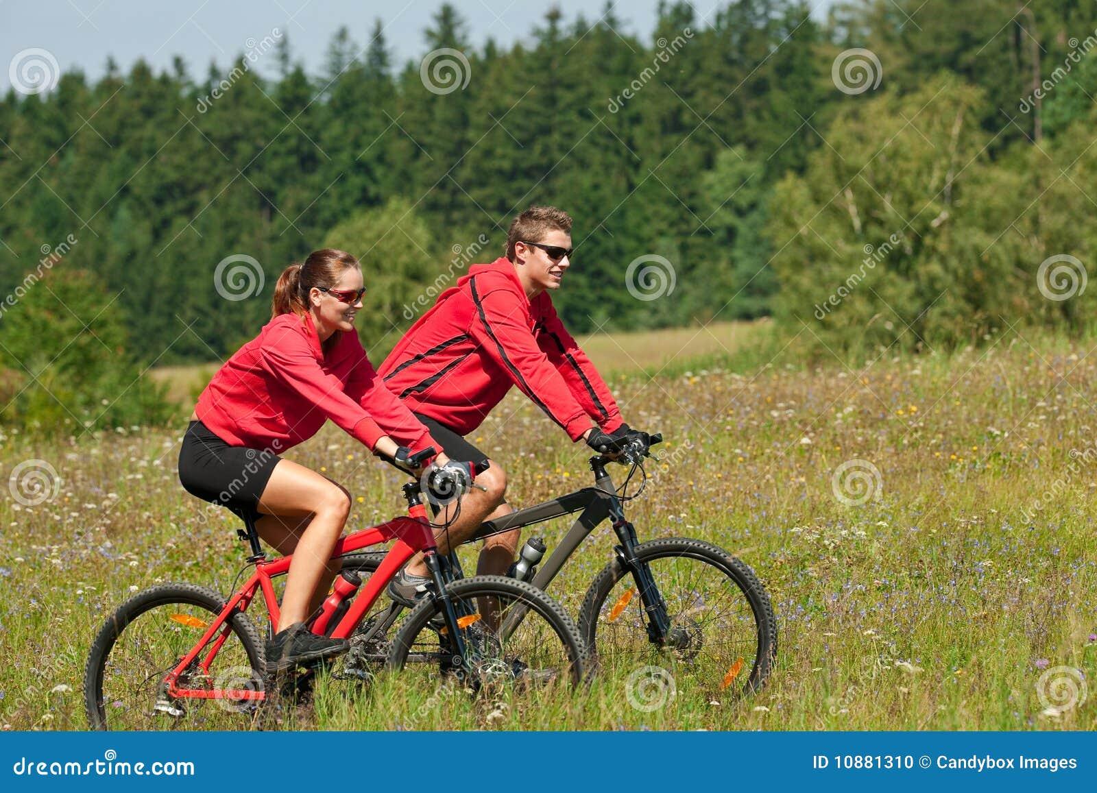 自行车夫妇骑马夏天年轻人