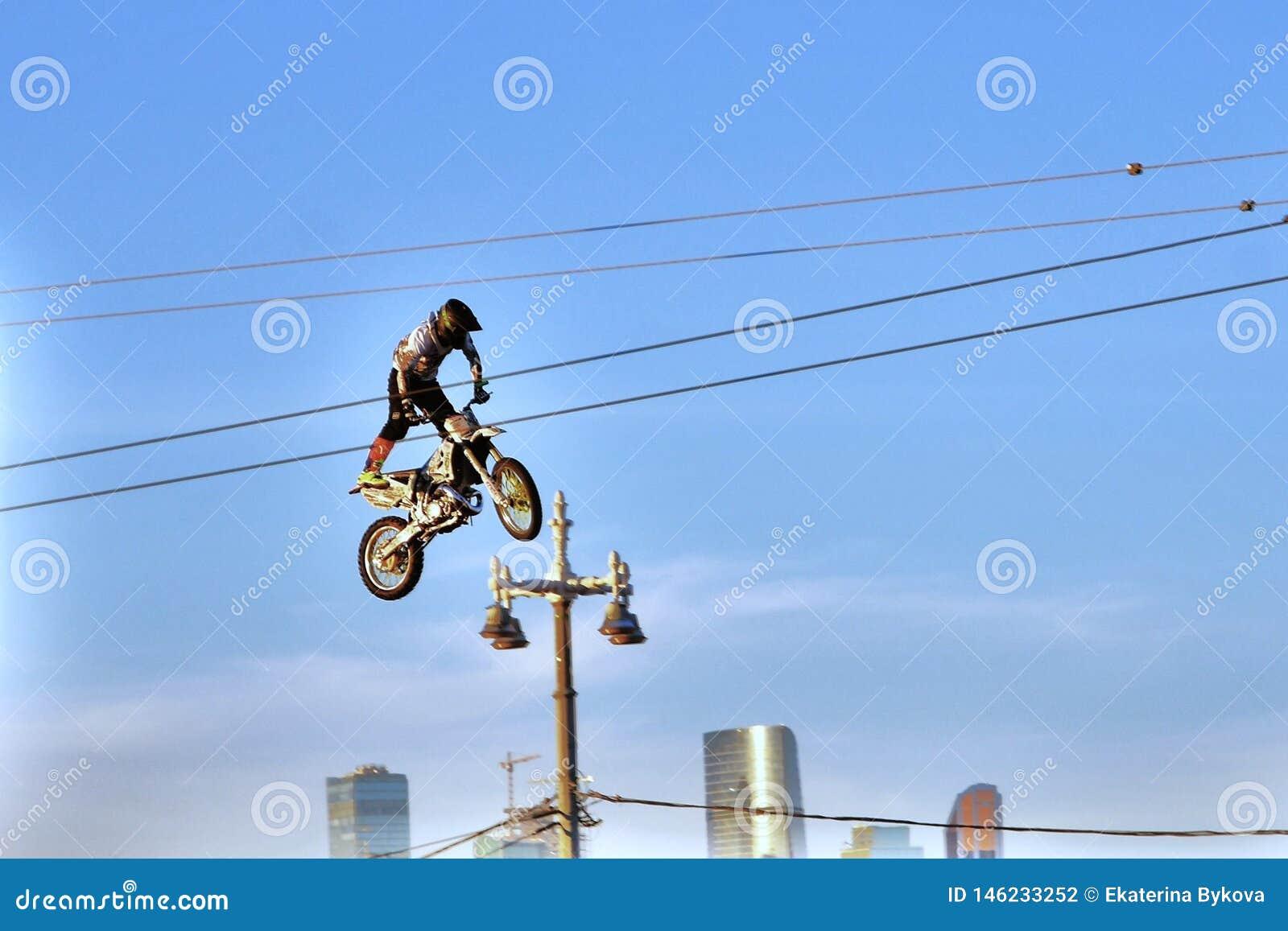 自行车跃迁的一个人在城市
