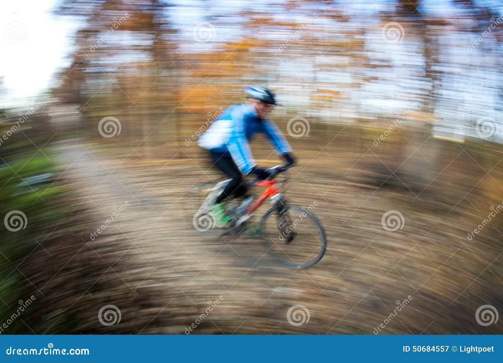 Download 自行车骑马在一个城市公园在一可爱的秋天/秋天天 库存图片. 图片 包括有 行动, 骑自行车的人, 健康, 活动家 - 50684557