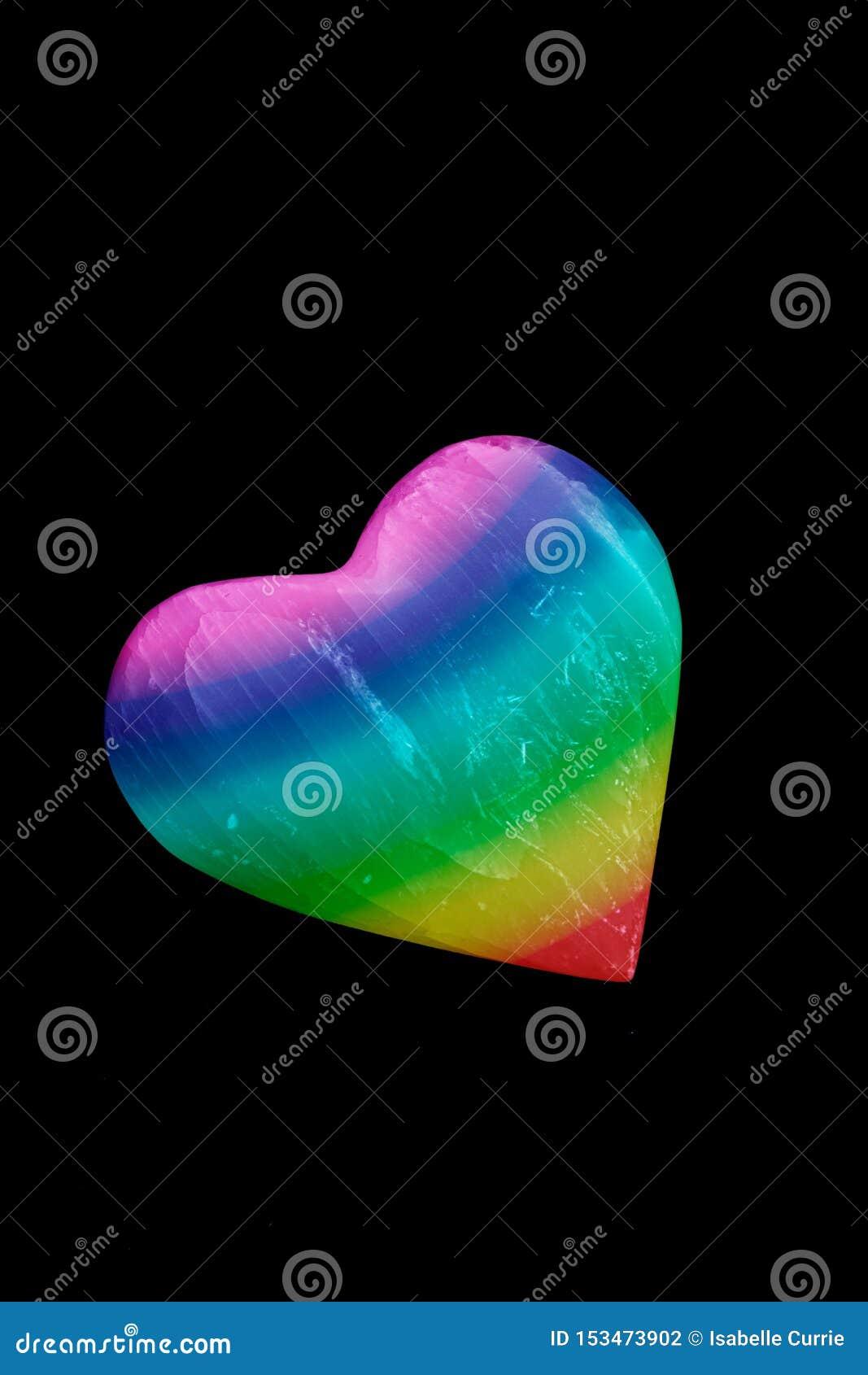 自豪感在黑背景的彩虹心脏