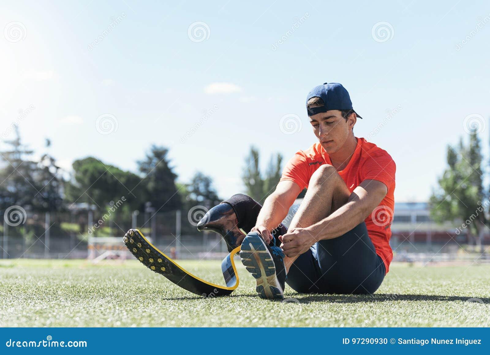 舒展与腿假肢的残疾人运动员