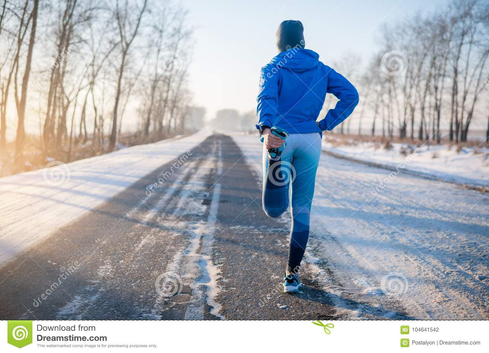 舒展在冬天公园的赛跑者 健康生活方式