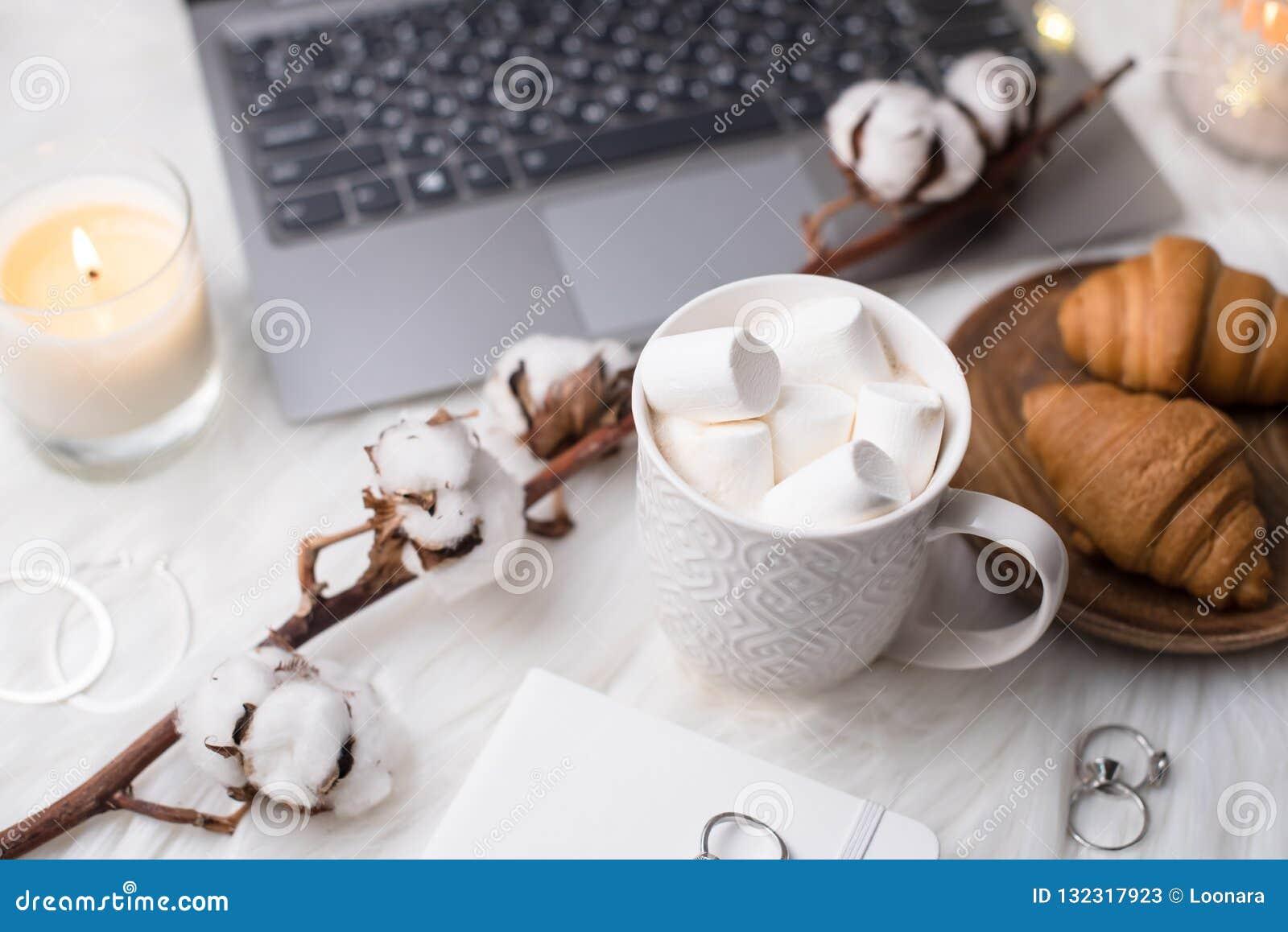 舒适与膝上型计算机,与m的咖啡的冬天博客作者白色工作区