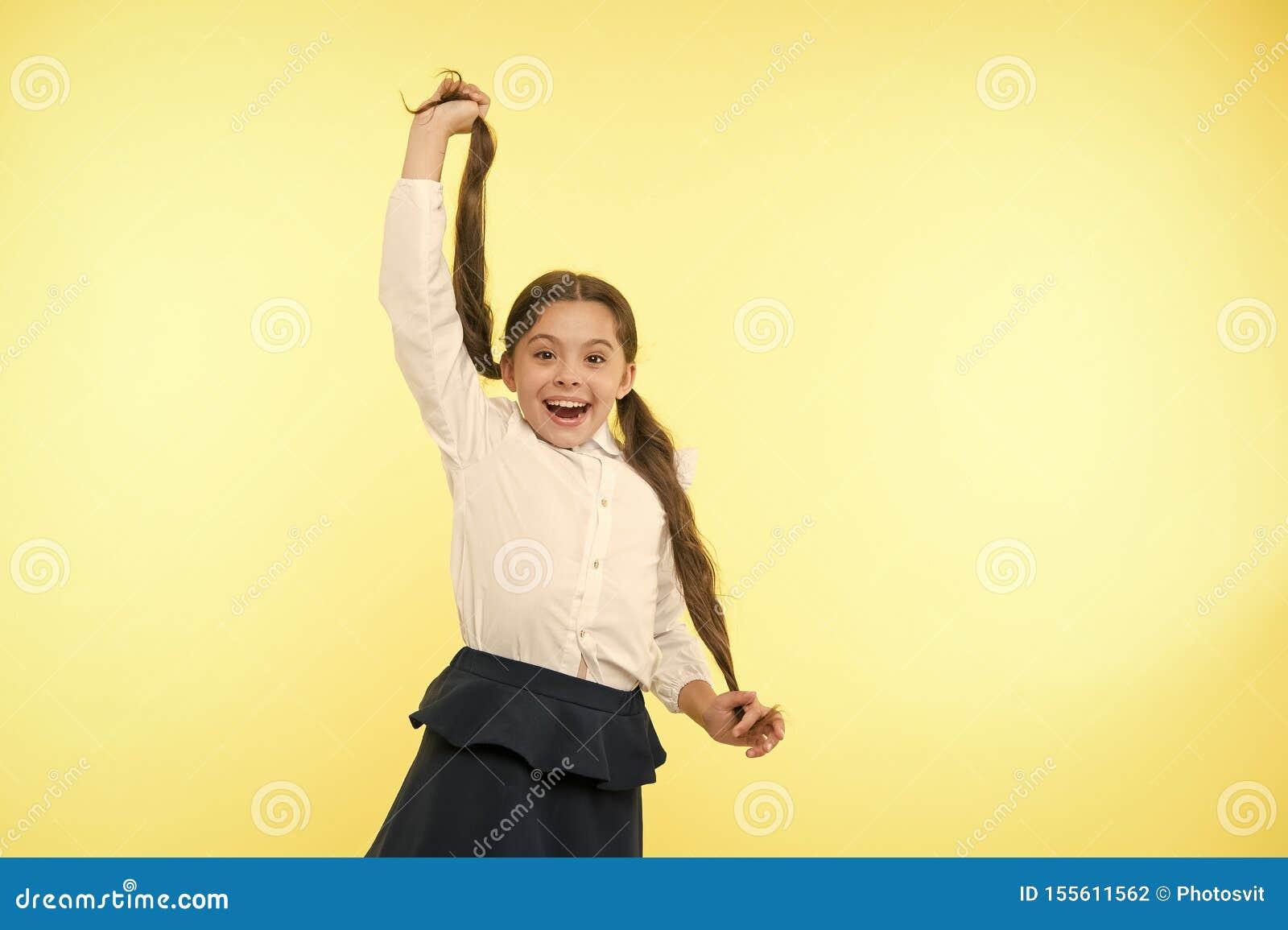 舒适和容易的发型 与长发发型的成交单独 孩子女孩长的马尾辫发型 ??