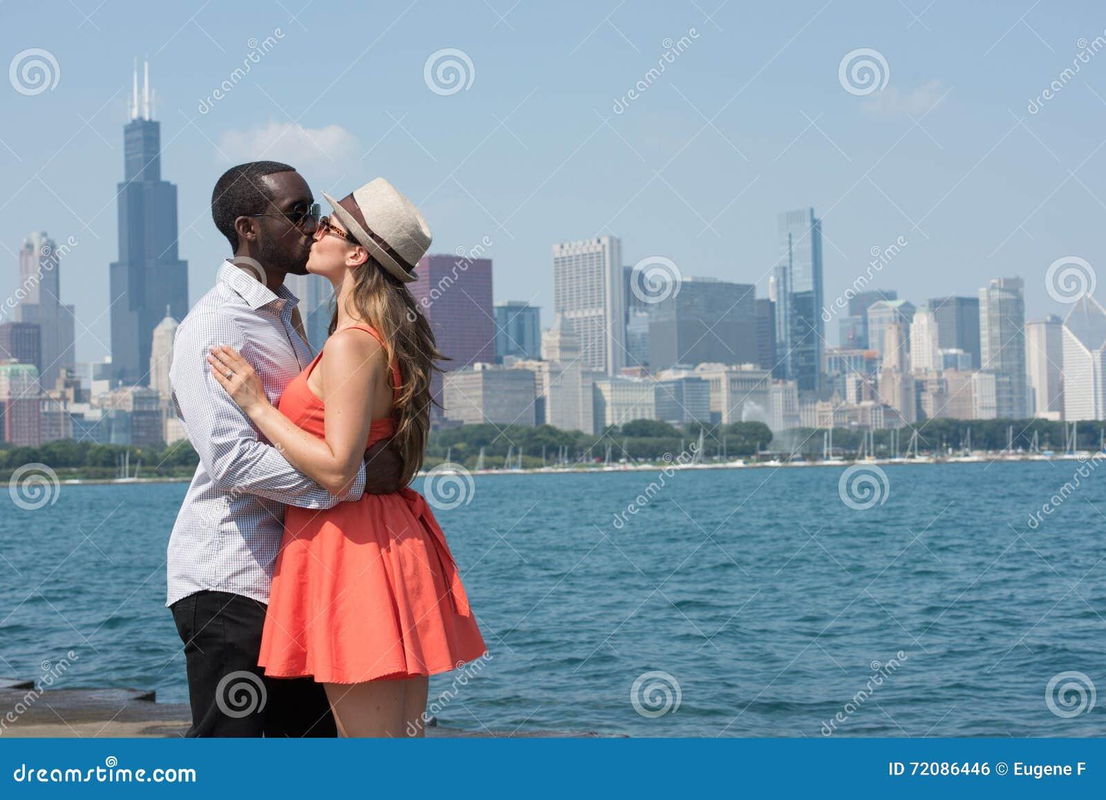 舒适和富感情的年轻夫妇在城市