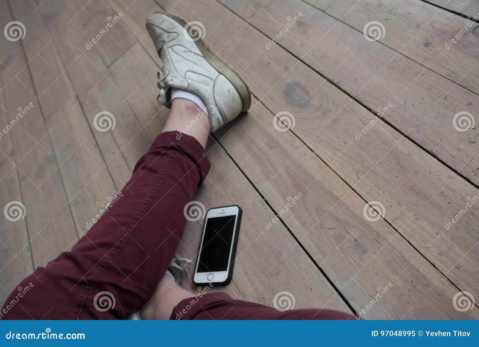 舞蹈家结算,腿,在地板上
