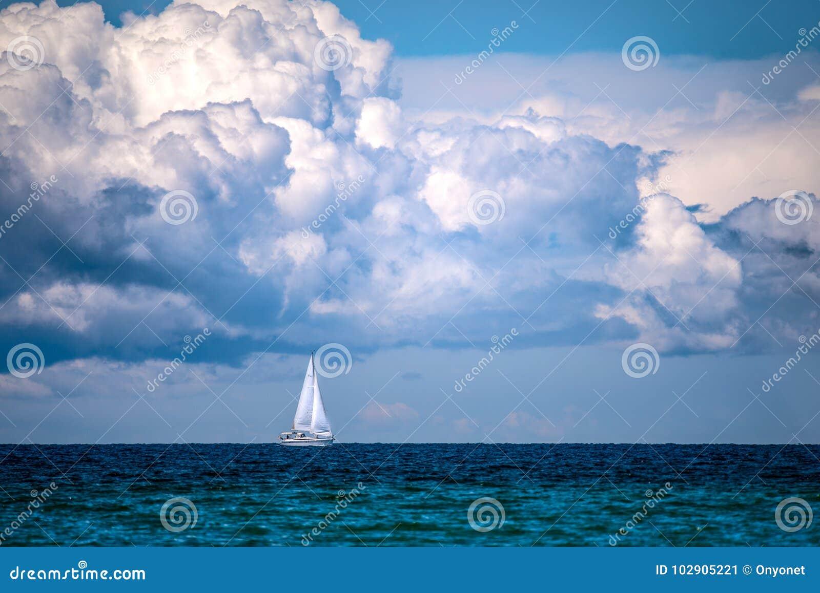 航行在云彩下