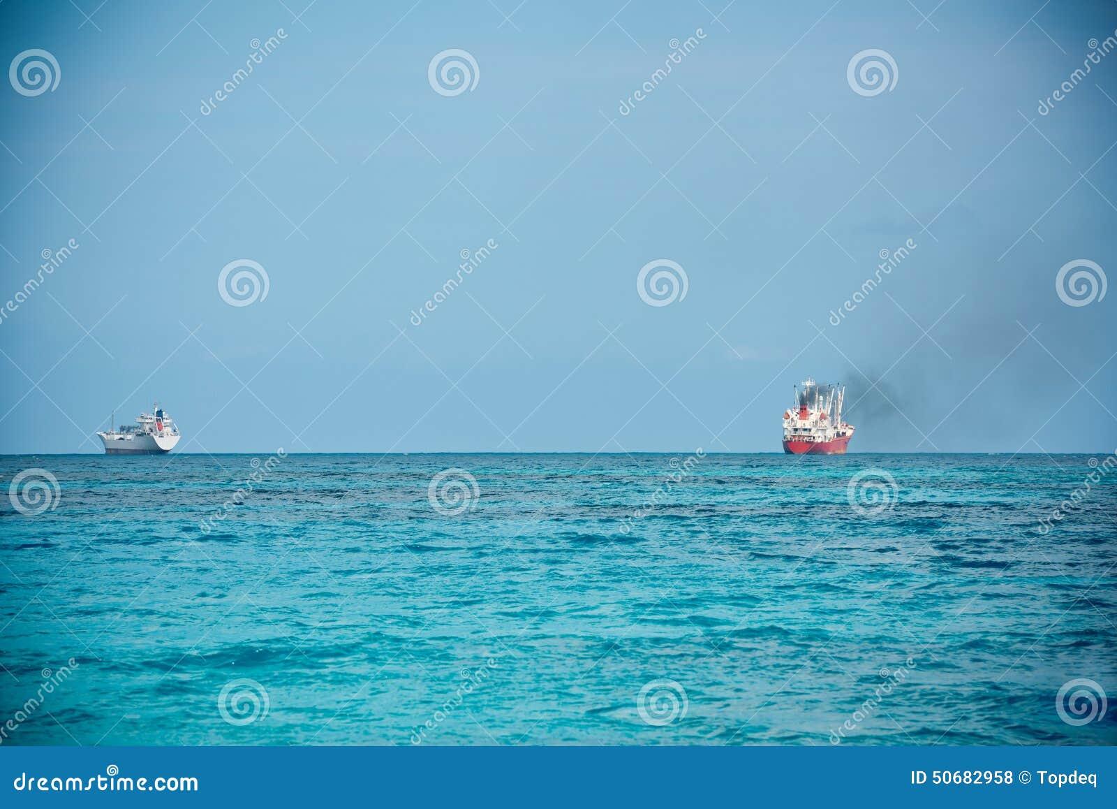 Download 航行在印度洋的货船 库存照片. 图片 包括有 行业, 船舶, 结算, 大量, 视图, 海运, 运载, 户外 - 50682958