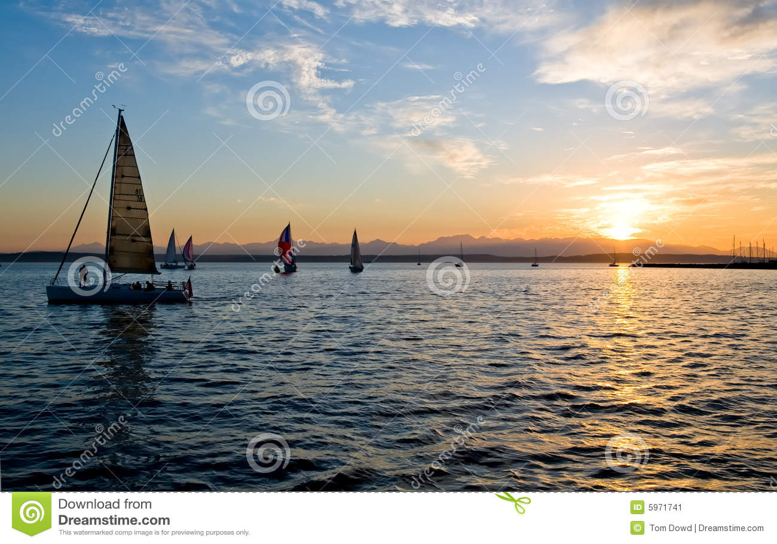 航行日落的小船